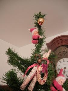 Un Santa enano escalando para alcanzar la manzana prohibida. Cuanto arte!